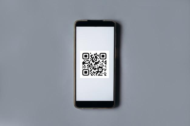 Paiement par balayage de code qr et concept d'achat en ligne téléphone mobile sur fond gris