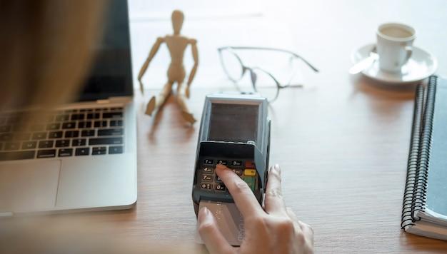 Paiement par carte de crédit, acheter et vendre des produits et services, bouton de gros plan