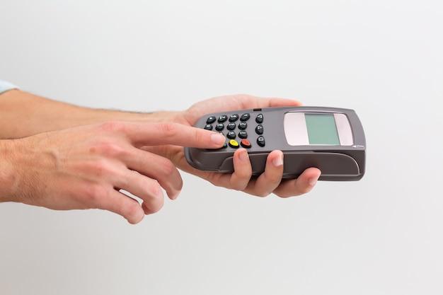 Paiement sur une transaction par carte sans contact et technologie nfc. vue de face. composition horizontale.