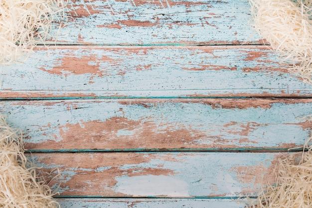 Paille décorative sur table en bois