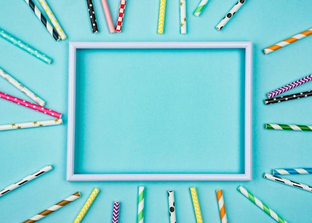 Pailles avec cadre bleu vide