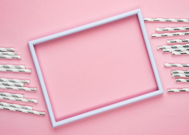 Pailles avec cadre rose vide