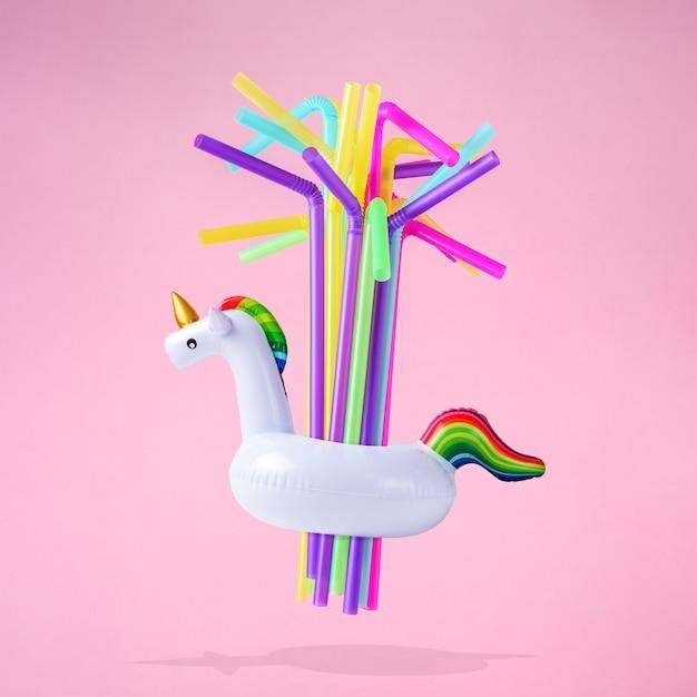 Pailles colorées avec jouet de piscine gonflable licorne