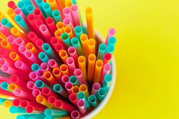 Pailles colorées pour boisson boisson non alcoolisée sur coloré
