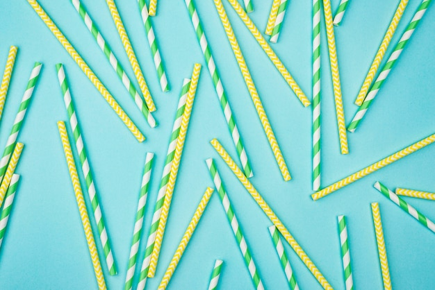 Pailles jaunes et vertes à rayures blanches