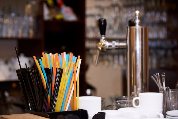 Pailles multicolores lumineuses sur le bar.