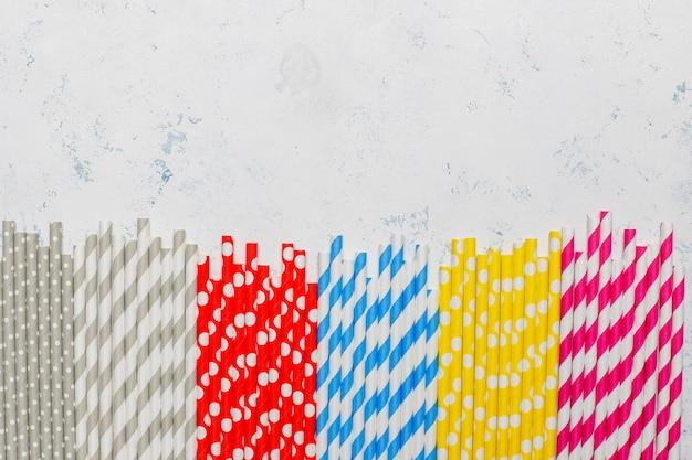 Pailles en papier de différentes couleurs avec espace copie