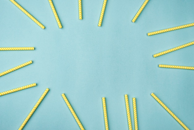 Pailles en papier jaune à plat