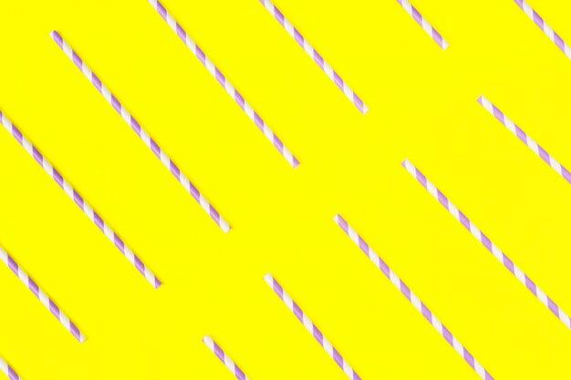 Pailles en papier violet sur jaune