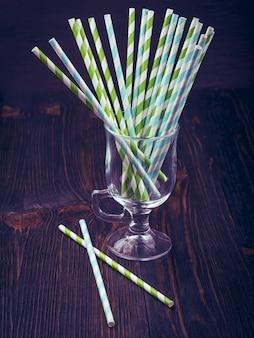Pailles à rayures pour des cocktails dans un verre