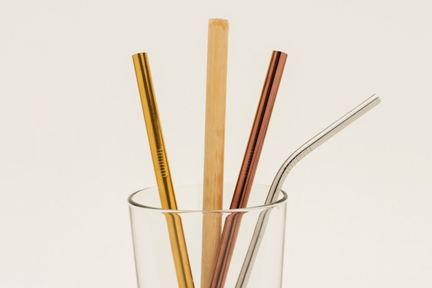 Pailles réutilisables en bambou et métal dans un verre