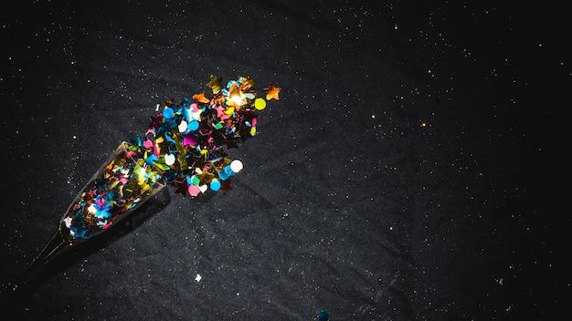 Paillettes dispersées du verre sur la table