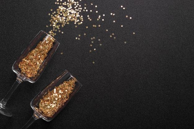Paillettes dispersées de verres sur la table