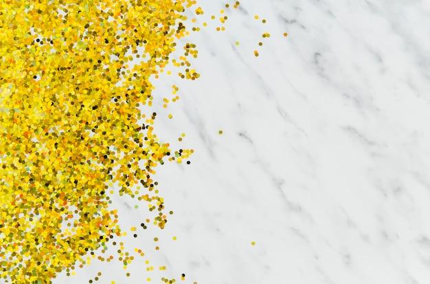 Paillettes dorées abstraites sur fond de marbre