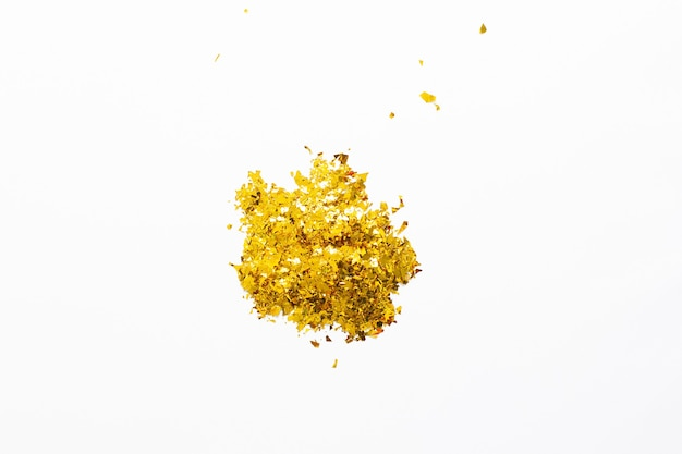 Paillettes dorées sur fond blanc