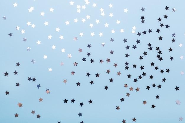 Paillettes sur fond bleu pastel. noel, hiver, concept de nouvel an. mise à plat, vue de dessus, espace de copie - image