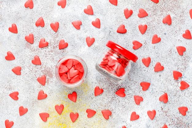Paillettes en forme de coeur rouge de la saint-valentin.