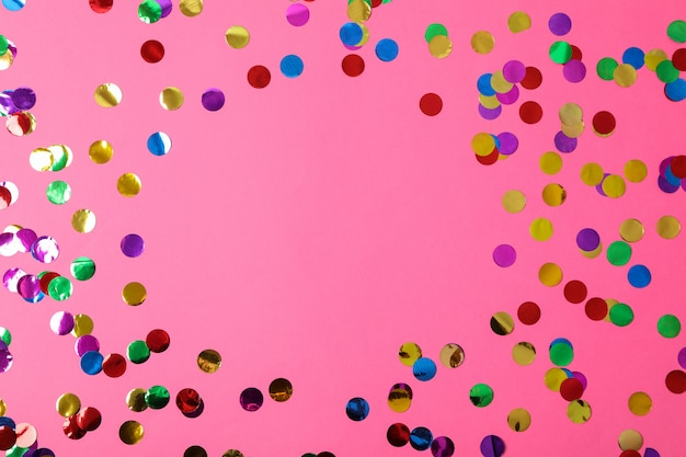 Paillettes multicolores sur rose, espace pour le texte