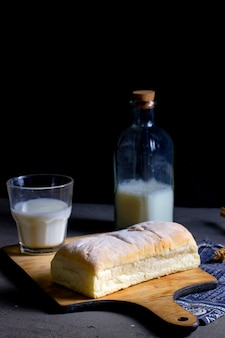 Pain aéré et un verre de lait