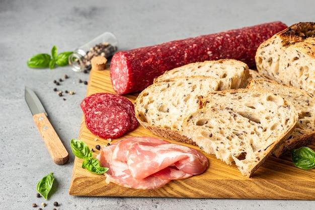 Pain artisanal aux graines et saucisse de porc et salami.