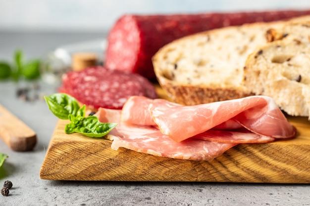 Pain artisanal, saucisse de porc et salami.