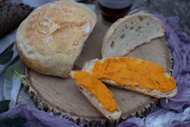 Pain artisanal tranché et tartiné de pâté de carottes végétalien