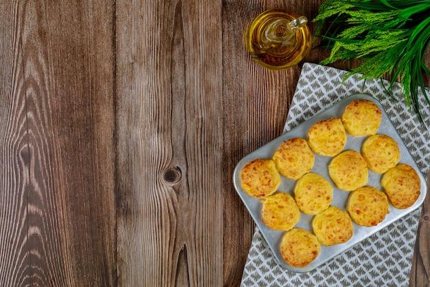 Pain au fromage appelé chipa dans une plaque à pâtisserie.