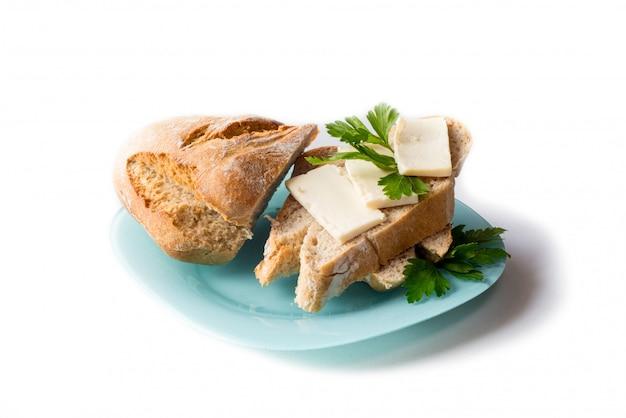 Pain au fromage sur une assiette bleue. isolé sur fond blanc