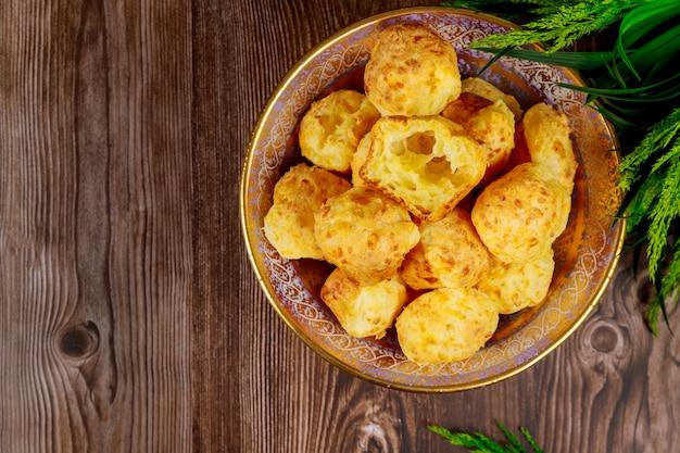 Pain au fromage brésilien au four à base d'amidon de manioc.