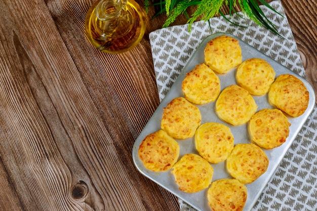 Pain au fromage brésilien dans un moule avec de l'huile.