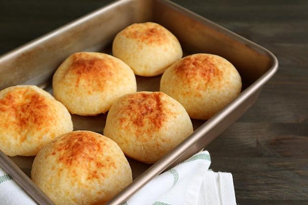 Pain au fromage brésilien fait maison frais ou pao de queijo dans le plateau de cuisson