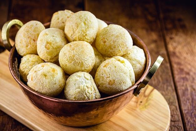 Pain au fromage brésilien, nourriture typique de l'état du minas gerais, servi dans un vieux pot en cuivre
