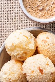 Pain au fromage brésilien typique sur un bol