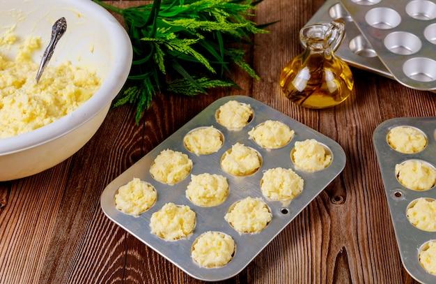 Pain au fromage cru appelé chipa dans une plaque à pâtisserie.