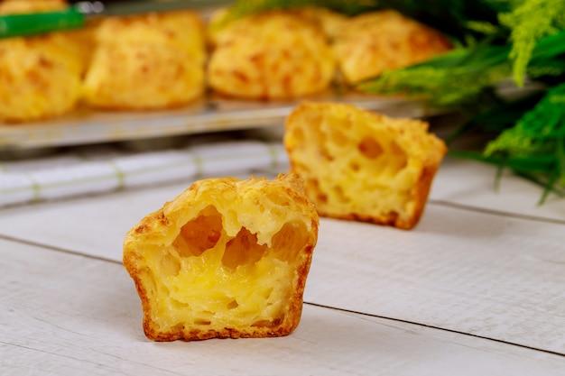 Pain au fromage moelleux appelé chipa sur table en bois.