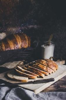 Un pain au levain coupé en pains