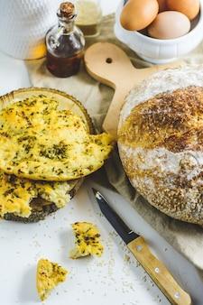 Pain au levain maison et pain plat, quelques œufs, huile, sésame.