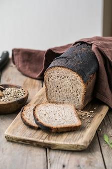 Pain au levain, pain de seigle à grains entiers au cannabis et farine de blé mélangée