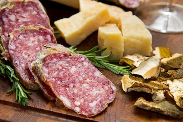 Pain au parmesan et salami