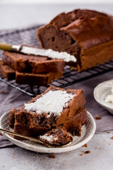 Pain aux bananes au cacao, tranches de fromage cottage, délicieux petit-déjeuner, mise au point sélective, format vertical.