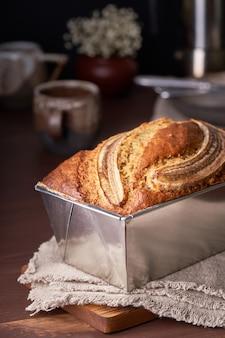 Pain aux bananes dans un moule à pain. gâteau à la banane, cuisine américaine traditionnelle.