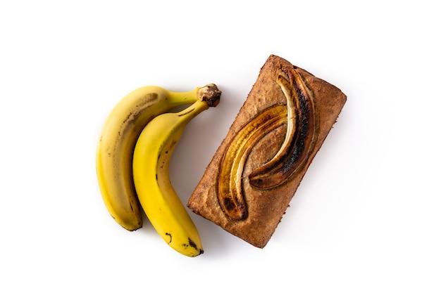 Pain aux bananes maison isolé sur fond blanc