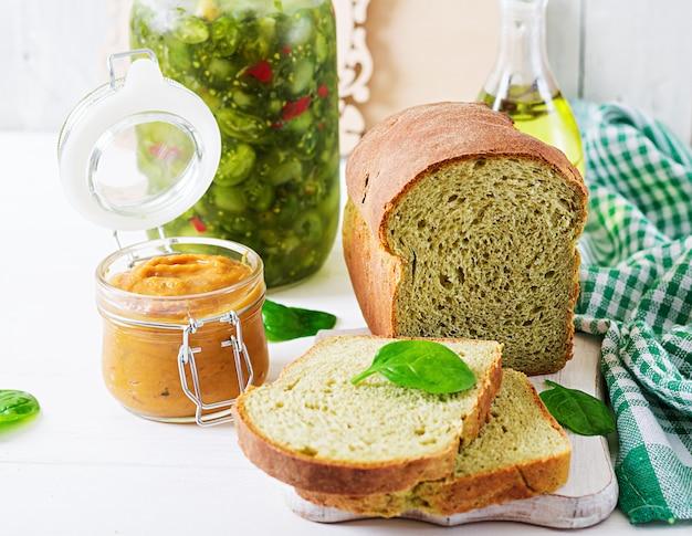 Pain aux épinards fraîchement cuit sur une table en bois blanc. style rustique. nourriture de boulangerie.