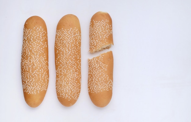 Pain aux graines de sésame sur sol blanc