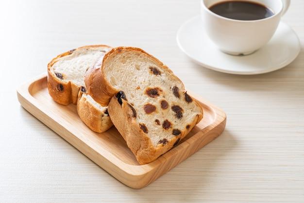 Pain aux raisins avec tasse de café pour le petit déjeuner