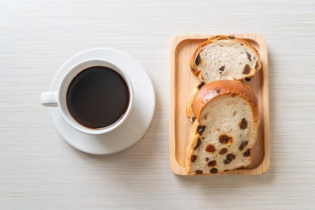 Pain aux raisins avec une tasse de café pour le petit déjeuner