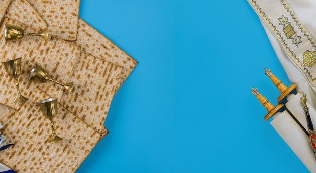 Pain azyme de vacances de la pesah juive matzoh avec quatre tasse de vin pour kiddouch