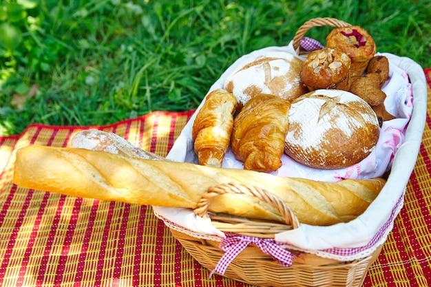Pain, baguette et croissants dans un panier pique-nique