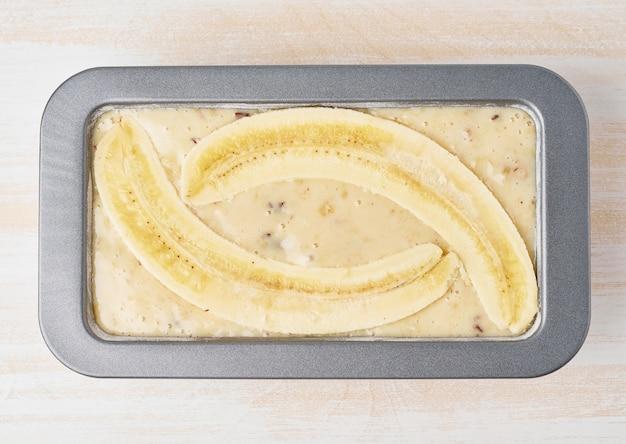 Pain à la banane fait maison. recette pas à pas. pâte à gâteaux en pan. vue de dessus