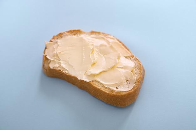 Pain et beurre isolé vue de dessus